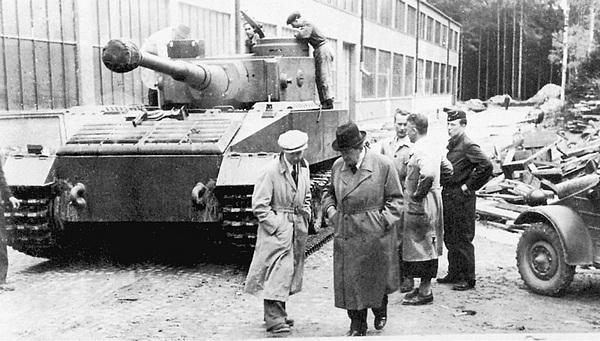 Танк VK 4501 (P) на полигоне в Растенбурге. На переднем плане в плаще и тёмной шляпе — доктор Ф.Порше.