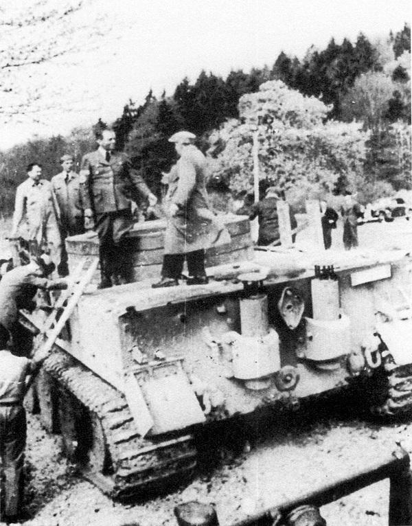 Прототип VK 4501 (Н) с балластом вместо башни осматривают высокопоставленные руководители нацисткой партии.