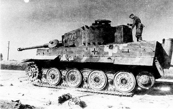 Красноармейцы осматривают подбитый «Тигр» позднего выпуска с новой ходовой частью из состава тяжёлого танкового батальона моторизованной дивизии «Великая Германия». Румыния, весна 1944 года.
