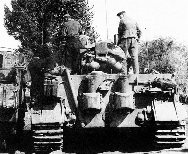 Командирский «Тигр» на Восточном фронте. Операция «Цитадель», лето 1943 года. Хорошо видна дополнительная антенна на башне и футляр для её хранения, размещённый на кормовом листе корпуса.