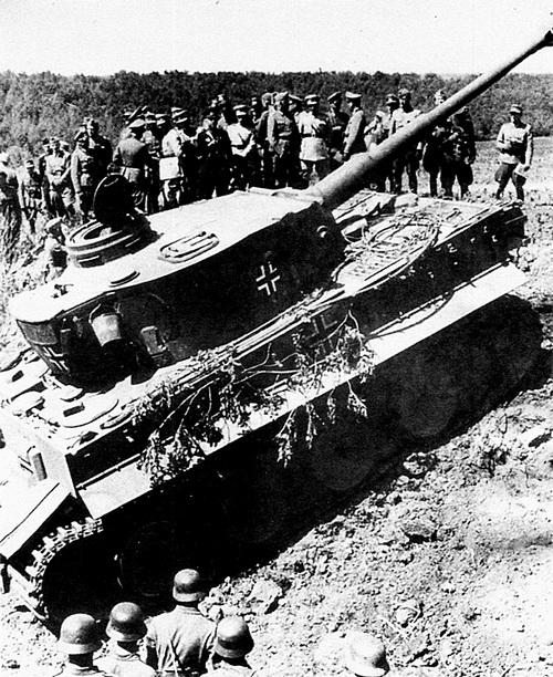 Демонстрация «Тигра» членам турецкой военной делегации, возглавляемой министром обороны Турции. Восточный фронт, июнь 1943 года. Показ производился в рамках санкционированной Гитлером кампании по втягиванию Турции в войну.