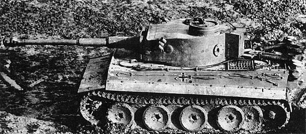 Серийный танк «Тигр» ранних выпусков. Хорошо видны воздушные фильтры типа Feifel.
