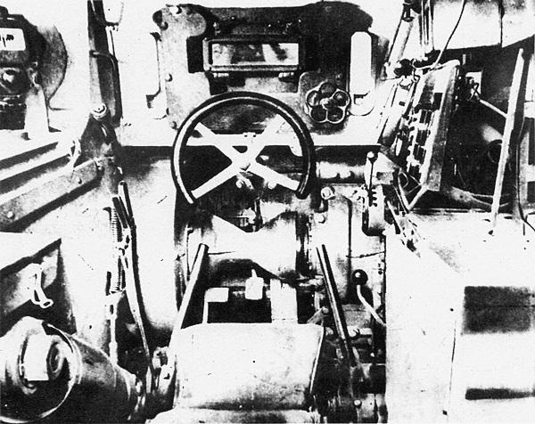 Вид на место механика-водителя. Управление танком осуществлялось с помощью штурвала. Характерной формы вентиль рядом с <a href='https://arsenal-info.ru/b/book/1318254746/282' target='_self'>прибором наблюдения</a> предназначен для подъёма и опускания броневой заслонки.