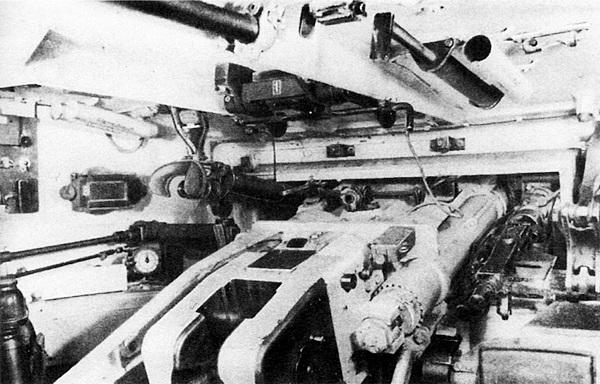 Интерьер боевого отделения. Слева от казённой части пушки установлен телескопический прицел TZF 9a, справа — спаренный пулемёт.