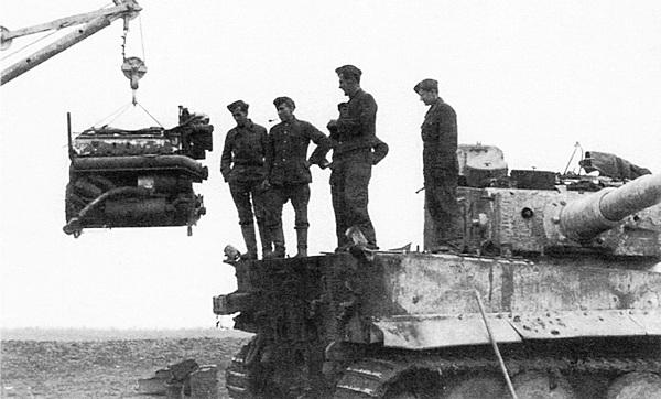 Демонтаж двигателя Maybach из танка «Тигр» производился через центральный надмоторный люк.