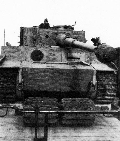 «Тигр» во время перевозки по железной дороге. Машина «обута» в транспортные гусеницы, боевые — уложены под танком.