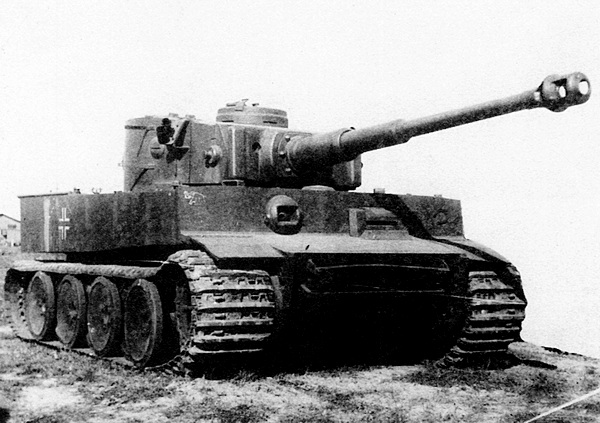 Первый «Тигр», захваченный Красной Армией, на НИБТПолигоне в Кубинке. Скобы на нижнем лобовом листе корпуса предназначены для запасных траков; на двух скобах на правом борту башни крепился ящик для снаряжения. На лобовом листе подбашенной коробки слева изображение мамонта — эмблемы 502-го тяжёлого танкового батальона, справа — приварена подкова, видимо, «на счастье»…