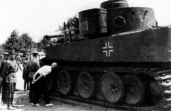 Посетители выставки трофейного вооружения осматривают танк «Тигр» №100. Лето 1943 года.