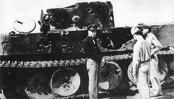 Американские офицеры осматривают расстрелянный «Тигр» №121 на выставке трофейного вооружения. Москва, июнь 1943 года.