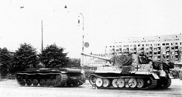 Тягач (танк КВ без башни) буксирует трофейный «Тигр» №221 по улицам Ленинграда.