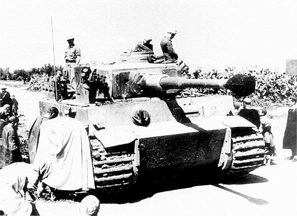 Тунис, 1943 год. Местное население осматривает один из «тигров» 501-го тяжёлого танкового батальона.