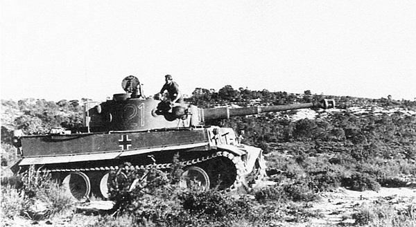 «Тигр» 1-й роты 501-го тяжёлого танкового батальона на фоне североафриканского пейзажа. Тунис, февраль 1943 года.