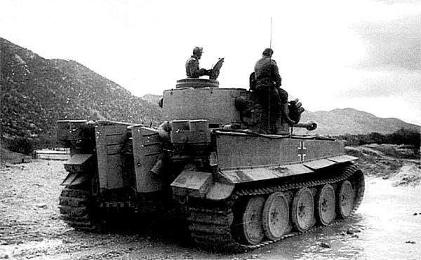 «Тигр» 501-го тяжёлого танкового батальона в Тунисе, 1943 год. Хорошо видны инерционные воздушные фильтры типа Feifel на кормовом листе корпуса.