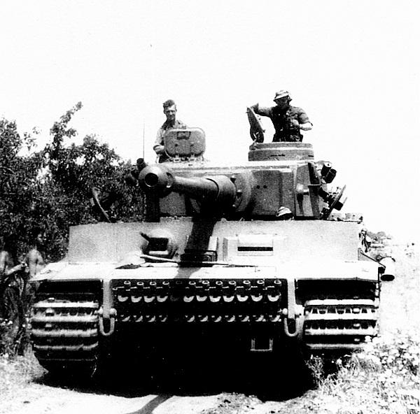 Танк «Тигр» №131 из 501-го тяжёлого танкового батальона выдвигается к линии фронта.