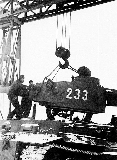 Демонтаж башни с «тигра» на одном из предприятий Ростова-на-Дону. Эта машина раннего выпуска оснащена ящиком для амуниции, заимствованным y Pz.III. 503-й тяжёлый танковый батальон, зима 1943 года.