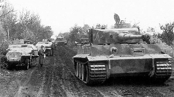 Танки «Тигр» моторизованной дивизии «Великая Германия» на марше к передовой. Курская дуга, июль 1943 года.