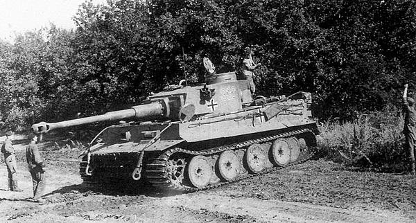«Тигр» дивизии «Великая Германия» занимает замаскированную исходную позицию накануне наступления. Курская дуга, июль 1943 года.