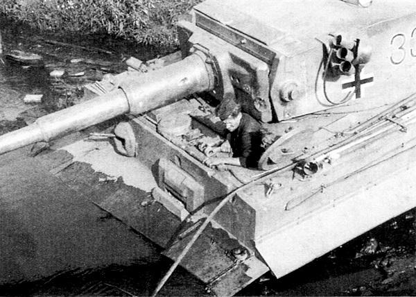 Не только мосты, но и просёлочные дороги России не всегда выдерживали большую массу немецкого тяжёлого танка, что порой весьма существенно затрудняло маневрирование. На этих снимках — безнадёжно застрявший в грязи «Тигр» №332 из 503-го тяжёлого танкового батальона. Курская дуга, июль 1943 года.
