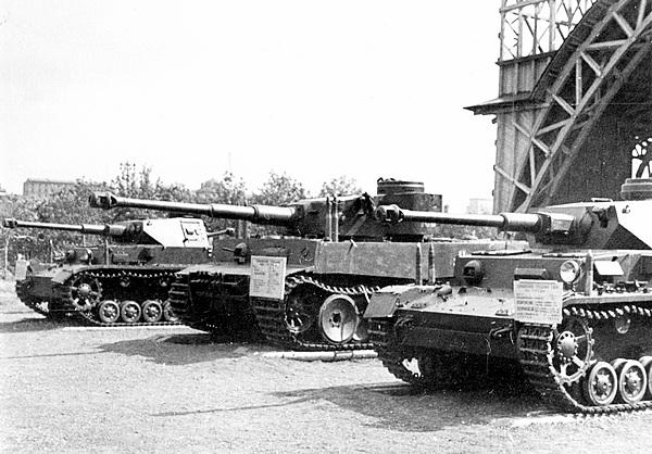 «Тигр» №100 в окружении двух Pz.IV Ausf.G на выставке трофейной техники в ЦПКиО им. Горького. Москва, июнь 1943 года.