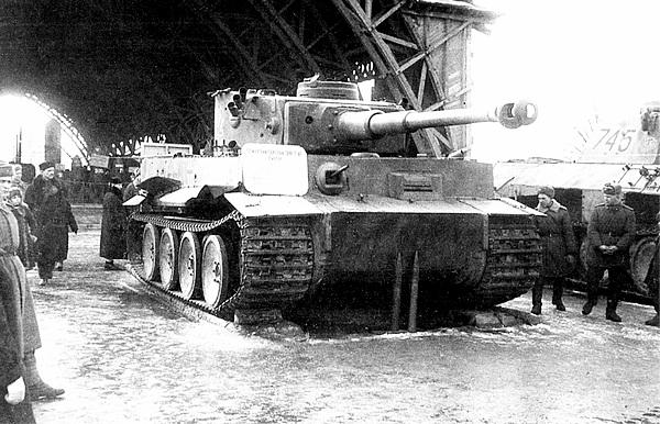 «Тигр» №100 на выставке трофейной техники в ЦПКиО им. Горького. Москва, март 1944 года.