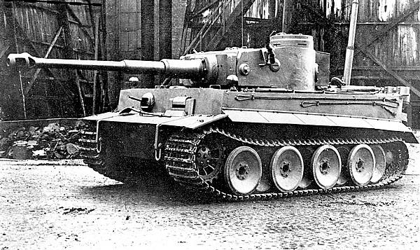 Один из первых серийных «тигров» на заводском дворе. Размещение фар на крыше передней части корпуса характерно для машин ранних выпусков.