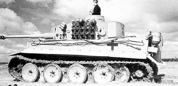 Экипажи 2-й роты 502-го тяжёлого танкового батальона осваивают только что полученные новенькие «тигры». Лето 1943 года.