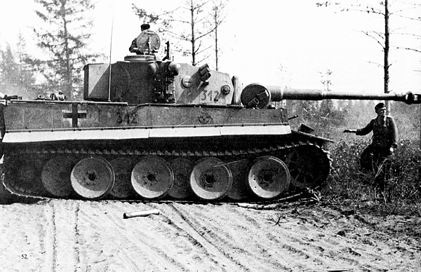 «Тигр» из 3-й роты 502-го тяжёлого танкового батальона на боевой позиции. Восточный фронт, 1943 год.