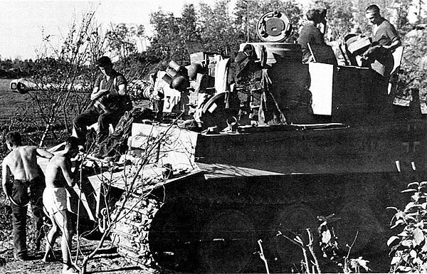 Картины солдатского быта. Экипаж «Тигра» 502-го тяжёлого танкового батальона приводит себя в порядок между боями. Лето 1943 года.
