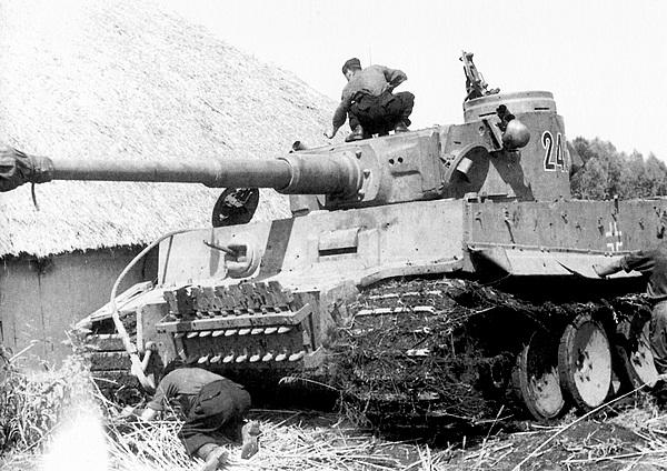 Экипаж осматривает машину в перерыве между боями. 503-й тяжёлый танковый батальон. Операция «Цитадель», июль 1943 года.