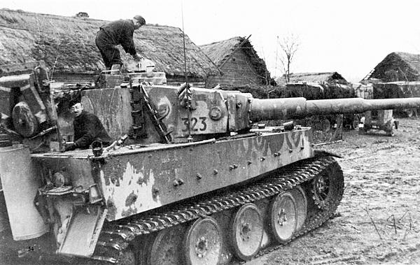 Текущий ремонт танка «Тигр». 502-й тяжёлый танковый батальон. Восточный фронт, район Невеля, осень 1943 года.