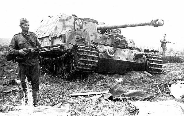 Комплектный «Фердинанд», предназначенный для изучения комиссией ГБТУ, под охраной. 15 июля 1943 года.