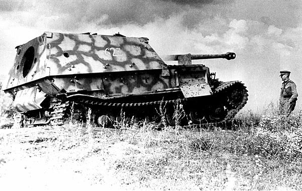 Подбитый «Фердинанд» из 6-й роты 654-го тяжёлого дивизиона истребителей танков. Люк для демонтажа пушки по-видимому сорван внутренним взрывом. Центральный фронт, июль 1943 года.