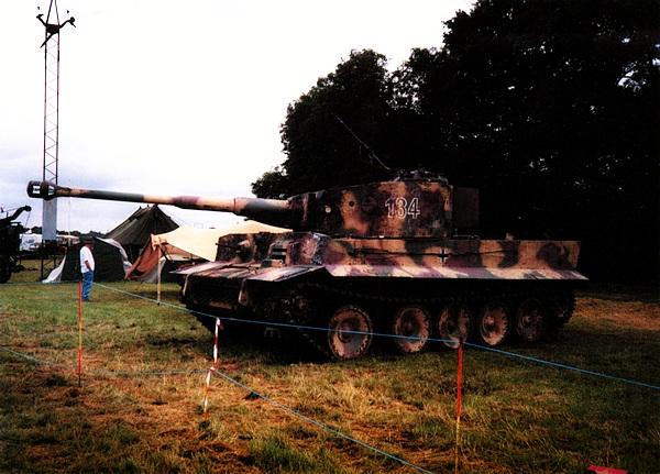Ходовой макет танка «Тигр», выполненный на базе танка Т-34-85 для съёмок художественного фильма Стивена Спилберга «Спасти рядового Райана». War & Peace Show, Великобритания, 2001 год. Фотография Джима Киннера (Jim Kinnear).
