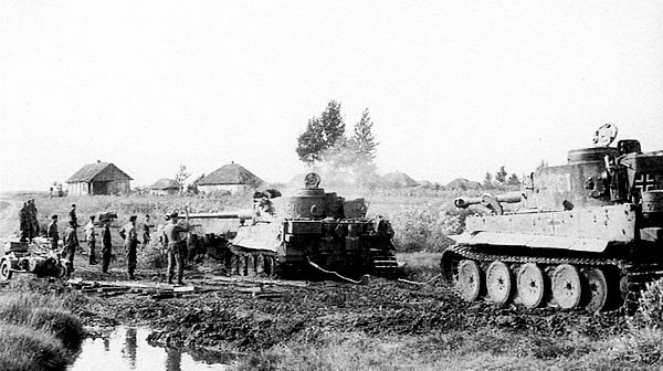 На фото — эвакуация застрявших танков в большинстве случаев была возможна только с помощью других «тигров».
