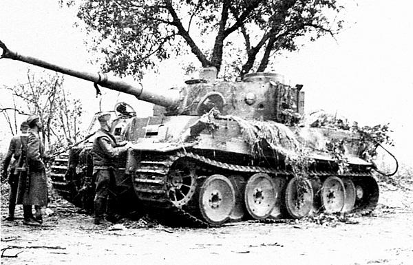 Танк 503-го тяжёлого танкового батальона, подбитый советскими артиллеристами на Курской дуге. Воронежский фронт, 13 июля 1943 года.