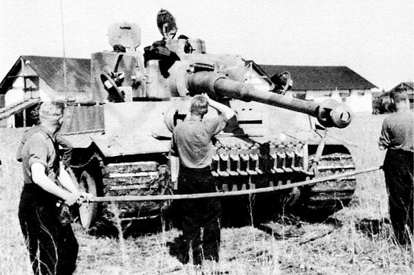 """Экипаж «Тигра» из дивизии «Лейбштандрт СС """"Адольф Гитлер""""» готовится приступить к чистке ствола орудия своего танка. Восточный фронт, лето 1943 года."""