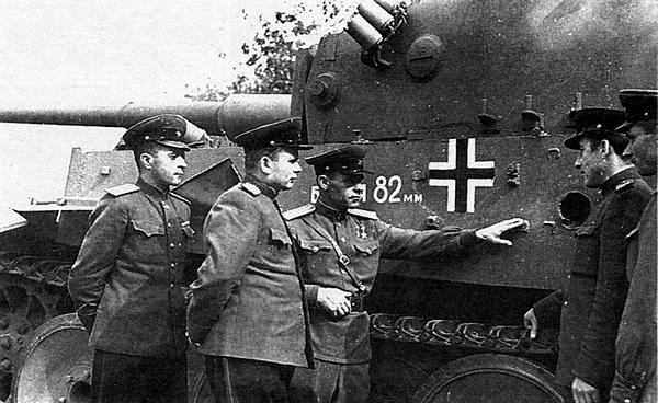 Дважды Герой Советского Союза гвардии полковник И.Н.Бойко (в центре) рассказывает офицерам-танкистам о бое с этим танком, который был подбит на Курской дуге летом 1943 года.