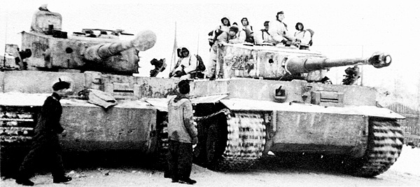 Танки 502-го тяжёлого танкового батальона перед боем. Это машины позднего выпуска с новой командирской башенкой. Восточный фронт, зима 1944-го года.