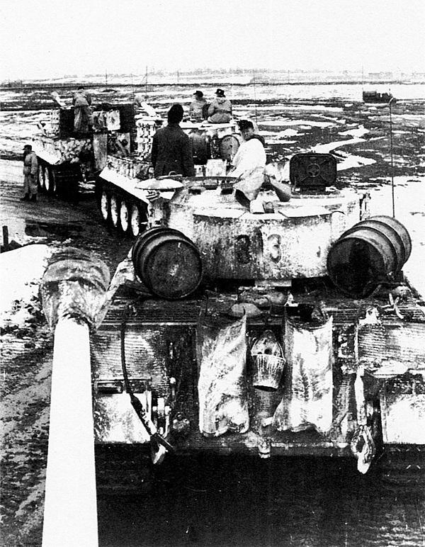 Колонна «тигров» 505-го тяжёлого танкового батальона. Восточный фронт, весна 1944 года. Налицо стремление экипажей увеличить возимый запас топлива, хотя бы и за счёт размещения на крыше МТО бочек с бензином.