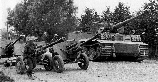 «Тигр» командира 3-го батальона дивизии «Великая Германия» проезжает мимо трофейных советских 76-мм пушек ЗИС-3. Литва, август 1944 года.