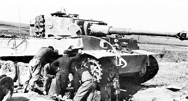 Ремонт гусеницы у танка из состава 508-го тяжёлого танкового батальона. Италия, 1944 год.