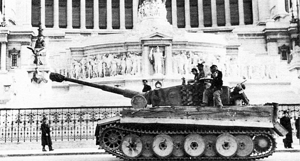 «Тигр» из 508-го тяжёлого танкового батальона проезжает мимо монумента королю Виктору Эммануилу в Риме, направляясь на фронт в район Анцио. 1944 год.