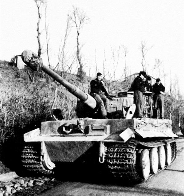 Один из «тигров» 508-го тяжёлого танкового батальона на горной дороге в Италии. 1944 год.