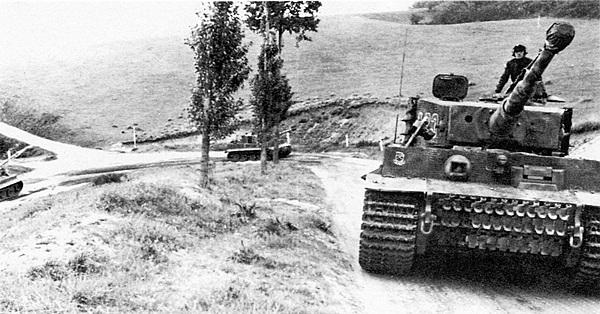 Подготовка к будущим боям. «Тигры» 101-го тяжёлого танкового батальона СС во время учебных занятий. Франция, весна 1944 года.