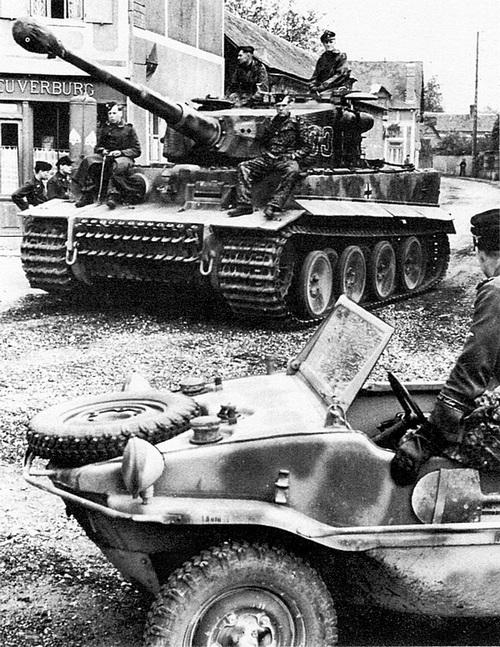 Танки 101-го тяжёлого танкового батальона СС на марше к линии фронта в Нормандии. Франция, июнь 1944 года.