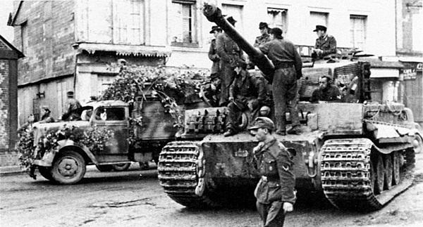 Один из танков 3-й роты 503-го тяжёлого танкового батальона во время боёв в Нормандии. Июнь 1944 года.