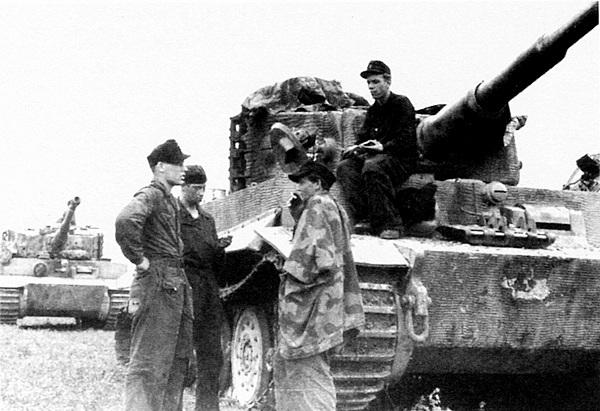 Танки 503-го тяжёлого танкового батальона во время <a href='https://arsenal-info.ru/b/book/202493285/9' target='_self'>короткой передышки</a> между боями. Нормандия, июнь 1944 года.