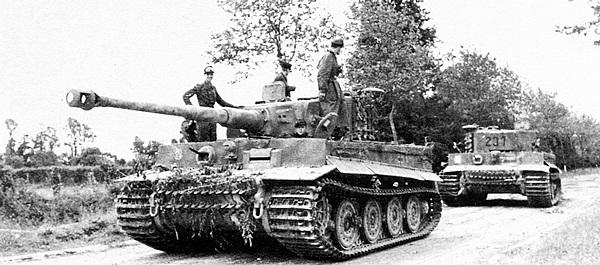 «Тигр» из 101-го тяжёлого танкового батальона СС буксирует повреждённого в бою «собрата». Нормандия, июнь 1944 года.