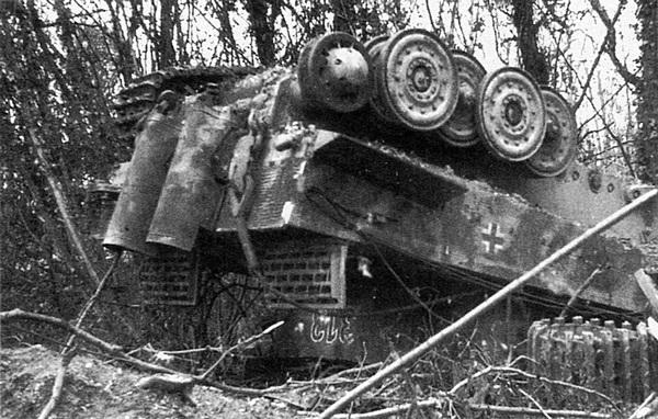 Тяжёлый танк «Тигр», опрокинутый близким разрывом авиабомбы. Авиация союзников была главным средством борьбы с немецкими танками.