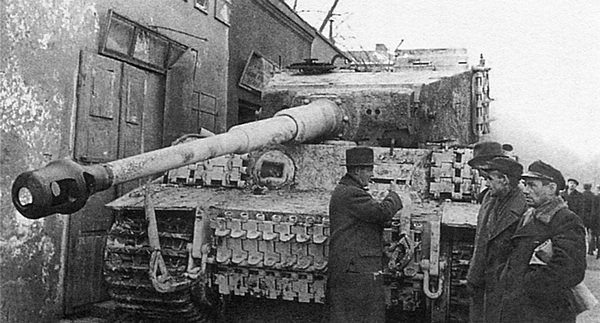 «Тигр» из состава 501-го тяжёлого танкового батальона, брошенный немецкими войсками при отступлении. Польша, г. Ченстохова, январь 1945 года.